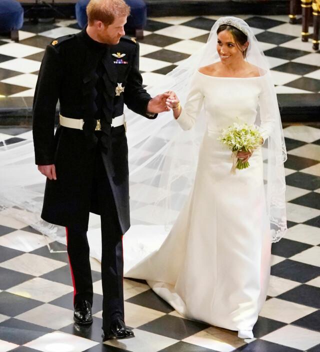09807a7574bd ... STILREN  Meghan Markle gikk for en svært enkel brudekjole som minnet om  brudekjolene til både