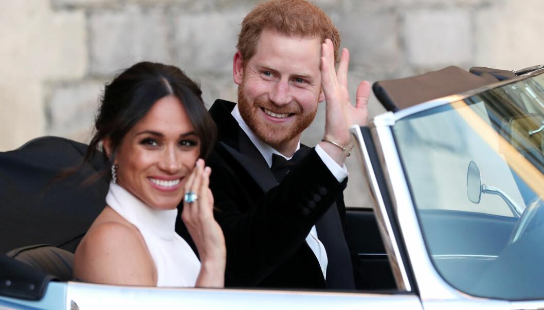 I STRÅLENDE HUMØR: Meghan og Harry vinket til tilskuerne da de forlot Windsor slott. Foto: NTB scanpix