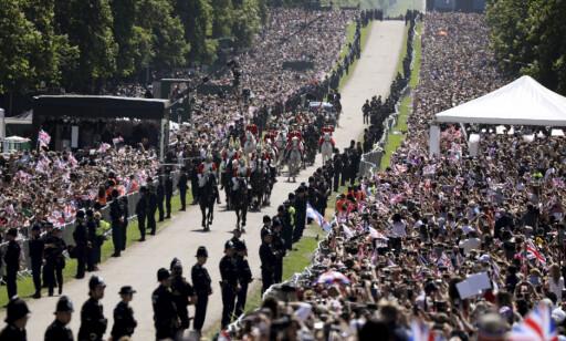 MYE FOLK: Rundt 100 000 møtte opp i Windsor for å se Harry og Meghan. Foto: NTB scanpix