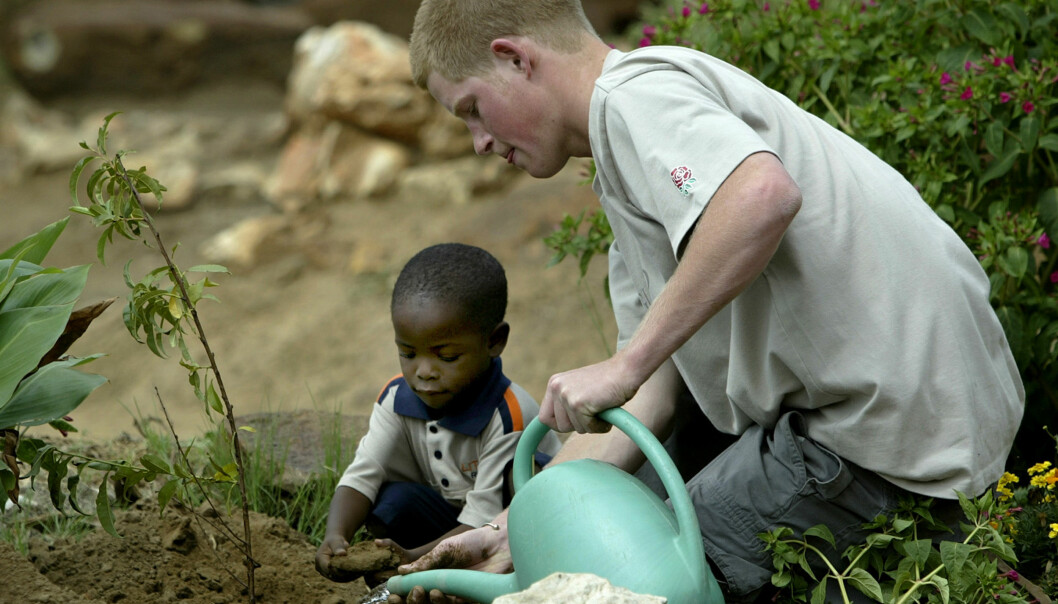 GJENFORENT: I 2006 ble den bristiske prinsen og hans gode venn Mutsu gjenforent da prinsen dra tilbake til barnehjemmet i Lesotho. Foto: NTB Scanpix