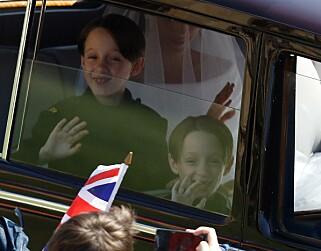 I FYR OG FLAMME: De unge tvillingguttene var tydelig begeistret for oppgaven de fikk i prinsebryllupet. Foto: Odd Andersen / Apf / NTB Scanpix
