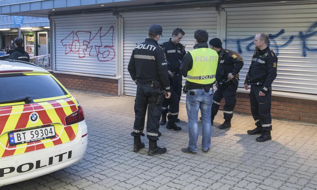 HELLER POLITI ENN NATTERAVN: En rekke personer Dagbladet har vært i kontakt med, mener at noen av natteravnene på Vestli skaper mer trøbbel enn trygghet. De ønsker heller forebyggende politi i området. Her er politi på Vestli torg tidligere i år. Foto: Vidar Ruud / NTB scanpix
