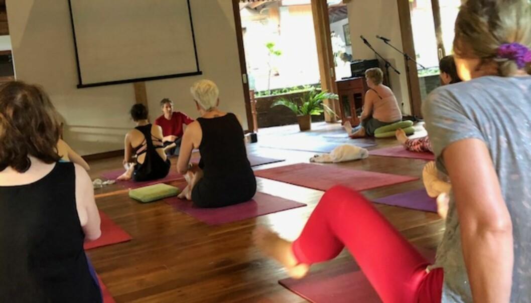 RETREAT = Å TREKKE SEG TILBAKE: Yoga, sang, musikk og dans var hovedingrediensene som bidro til mindre stress for meg. Her er vi klare til en tidlig morgenøkt med yoga. FOTO: Sonja Evelyn Nordanger