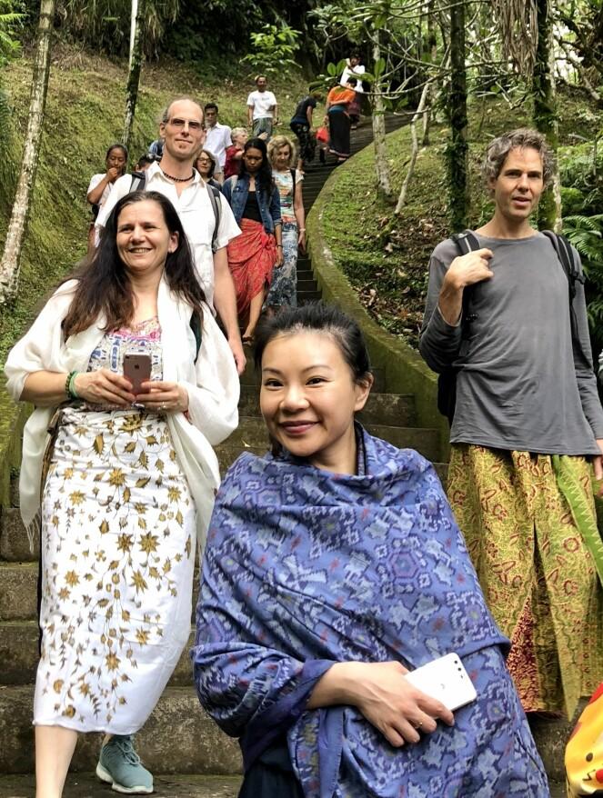 PÅ UTFLUKT: Samholdet på en retreat blir naturlig nok tett. Her besøker vi et hinduistisk vann-tempel, hvor vannet anses hellig – så for de som tror på slikt - å bade eller skylle seg i det kan ha sine fordeler! FOTO: Sonja Evelyn Nordanger