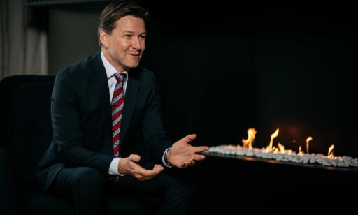 KORREKT ANTRUKKET: Henning H. Heitmann i advokatuniform med mørk penbukse, blazer, lys skjorte og slips. Foto: SANDS