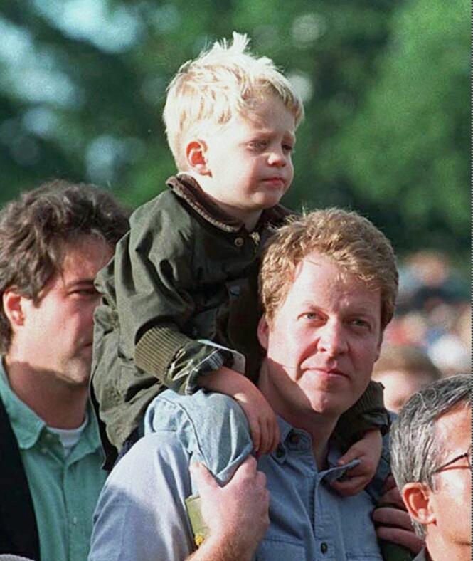 1998: Lille Louis satt på farens skuldre i august 1998, ett år etter at prinsesse Diana - jarlens søster - døde i Paris. Foto: NTB scanpix