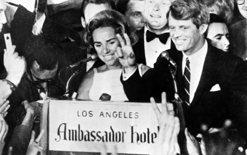 ROBERT KENNEDY DØD: Kort tid etter at dette bildet ble tatt på Ambassador Hotel i Los Angeles 4. juni 1968 ble senator Robert F. Kennedy skutt. Klokken hadde akkurat bikket midnatt da skuddene falt og han døde påfølgende dag. Her har han nettopp holdt tale til forsamlingen, og ved hans side står kona Ethel Kennedy. Foto: NTB scanpix
