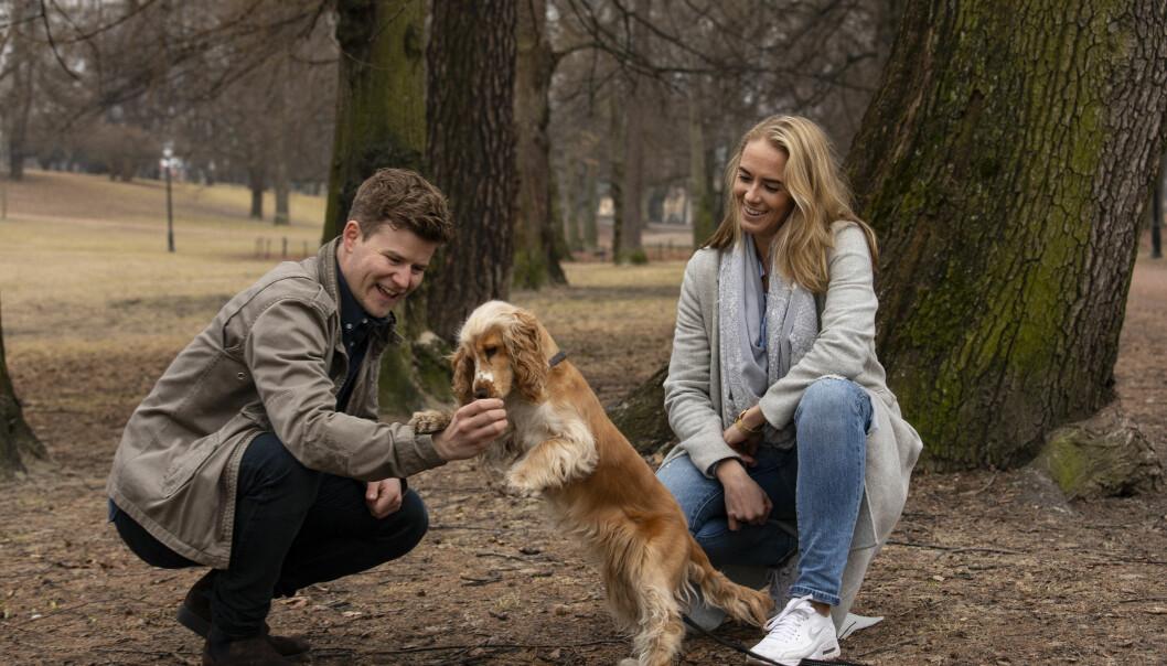 FIN FØLGESVENN: Nicolay og Josephine sammen med hunden sin, sjarmtrollet Chili. Foto: Tor Lindseth/ Se og Hør