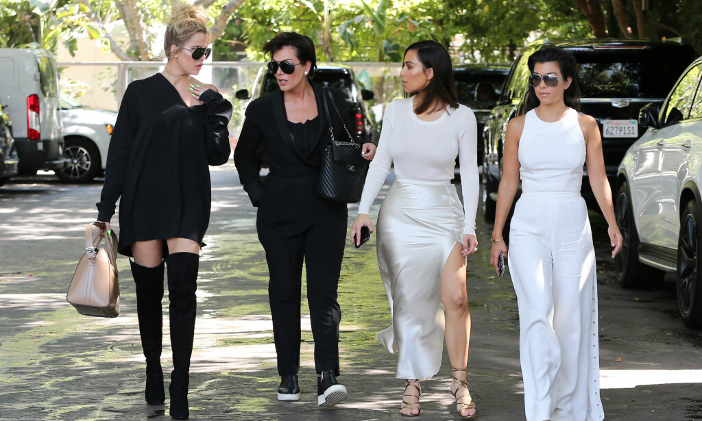 SINT: Khloé Kardashian (t.v.) skal ha sett seg lei på at familiemedlemmene hennes uttaler seg om saker de ikke har noe med. Her med mamma Kris Jenner og søstrene Kim og Kourtney Kardashian i 2016. Foto: Splash News/ NTB Scanpix
