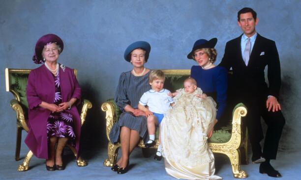 LITT YNGRE: Et av de offisielle bildene fra prins Harrys dåp i 1984, der den nå nygifte prinsen var knappe tre måneder gammel. På bildet er også dronningmoren, dronning Elizabeth, prins William, prinsesse Diana og prins Charles. Foto: Pa Photos / NTB Scanpix