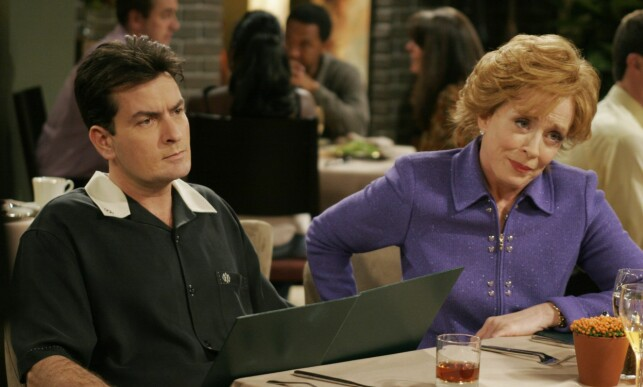 TV-STJERNE: Holland Taylor spilte karakteren Evelyn i «Two And A Half Men». Her er hun i en scene sammen med Charlie Sheen. Foto: Warner Brothers / Discovery