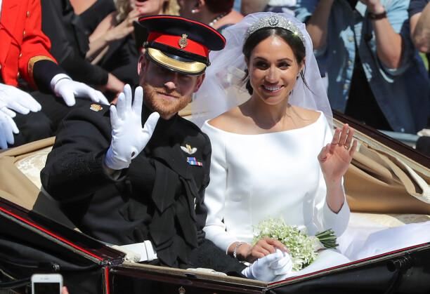 SPESIELL BUKETT: Brudebuketten til Meghan Markle inneholdt en av prinsesse Dianas favorittblomster. Her vinker det ferske ekteparet til folkemengden etter vielsen lørdag. Foto: Reuters/ NTB scanpix