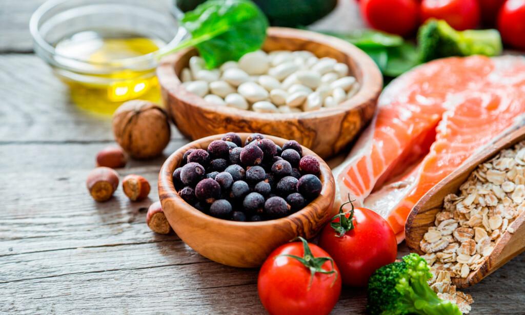 MAT VED DIABETES: Grove og fiberrike matvarer, som for eksempel fullkornsprodukter av korn, frukt, bær, grønnsaker og belgvekster, er alle gunstige. Fiskefett fra rødt fiskekjøtt er også viktig for de som har diabetes. Foto: NTB Scanpix / Shutterstock