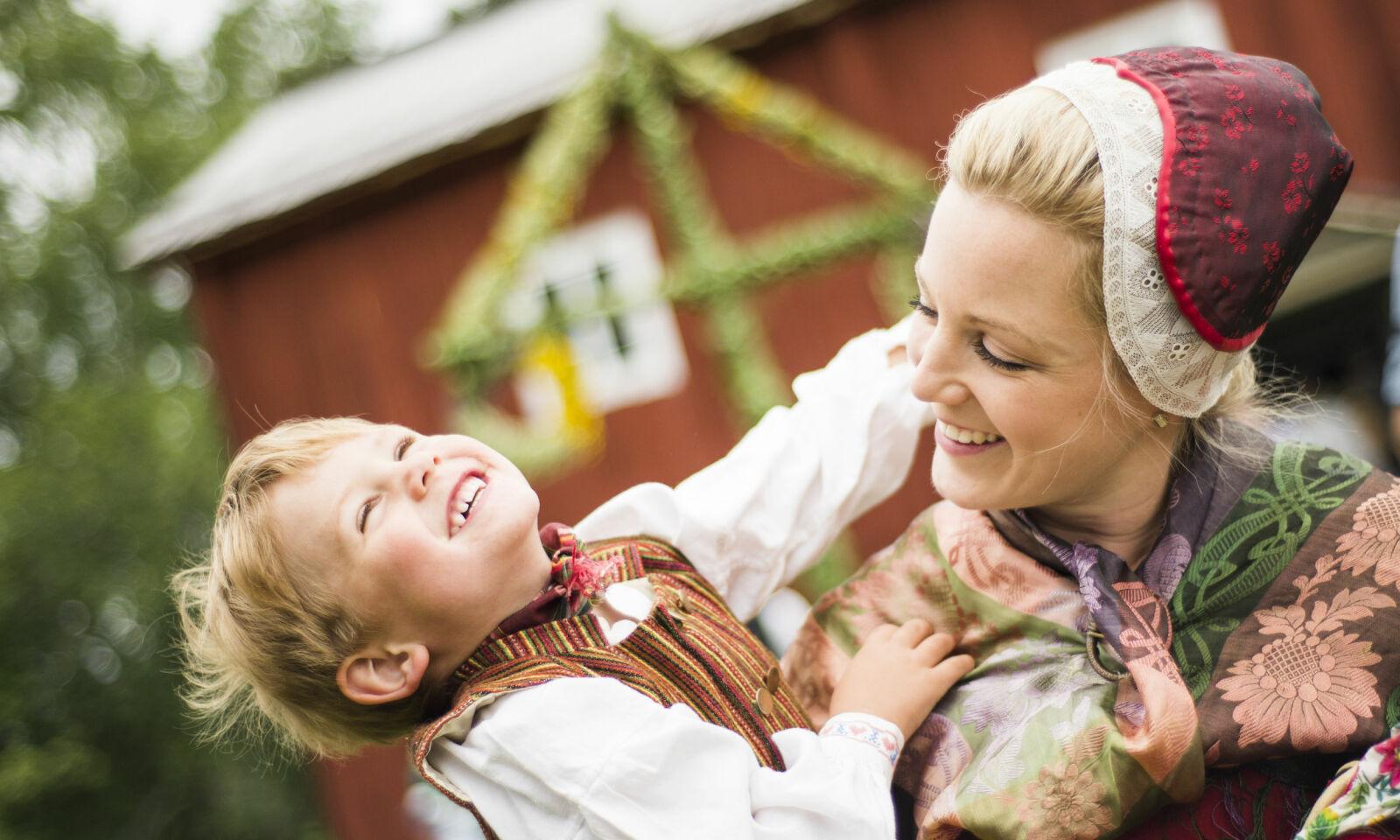 LIVLIG KVELD: Midtsommerfesten er full av moro for hele familien. Foto: Per Bifrost.