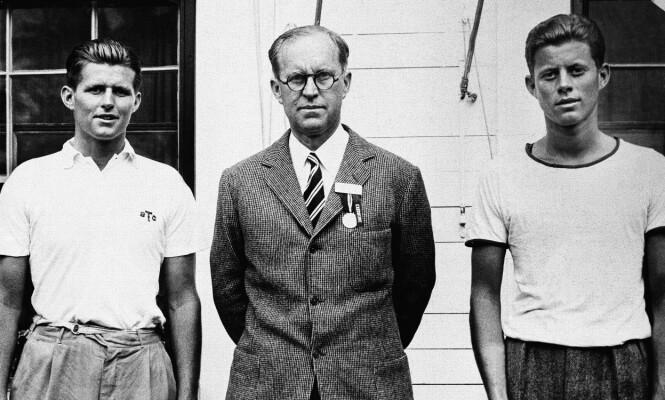 KENNEDY SR. OG HANS SØNNER: Joseph Kennedy sr. med sine to eldste sønner Joseph P. Kennedy jr. og John F. Kennedy fotografert i 1937. FOTO: NTB scanpix