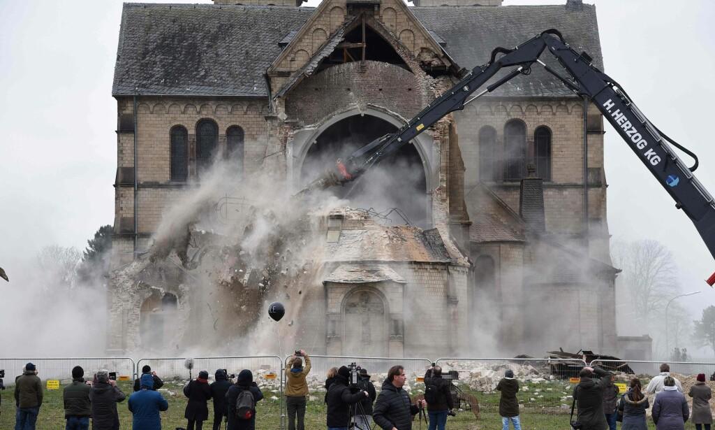 RIVER LANDSBYER: I januar 2018 ble St. Lambertus-kirka i Erkelenz-Immerath i Tyskland revet til fordel for RWEs kullutvinning. Foto: Henning Kaiser / AFP Photo / NTB Scanpix