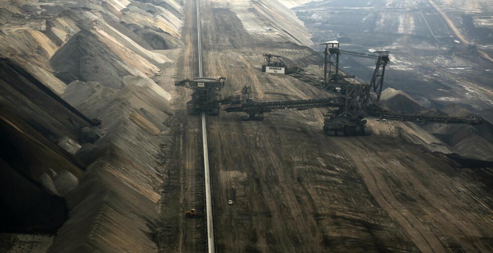 ENORME DIMESJONER: Den åpne brunkull-gruven Garzweiler i Tyskland er 32 kvadratkilometer stor. Her henter RWE, som Oljefondet investerer i, opp om lag 100 000 tonn brunkull hver dag. Ina Fassbender / Reuters / NTB Scanpix