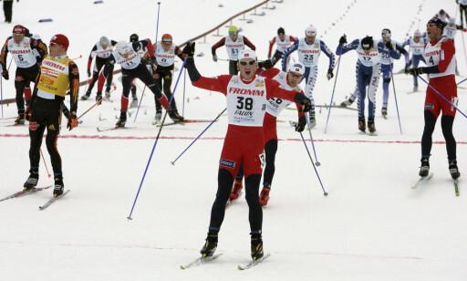 GJENNOMBRUDDET: Petter Northug vant sine første store triumfer i fellesstart med skibytte, her etter sin første verdenscupseier i karrieren på denne distansen i Falun i 2006. Foto: Ulf Palm / SCANPIX SWEDEN Kod 9110