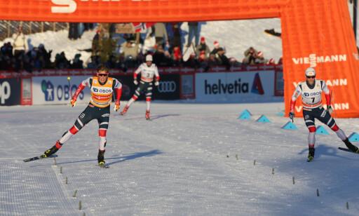 TIL TOPPS: Johannes Høsflot Klæbo vant i sitt første forsøk på fellesstart med skibytte (skiathlon) i verdenscupen på Lillehammer i fjor, foran Martin Johnsrud Sundby og Hans Christer Holund. Foto: Geir Olsen / NTB scanpix