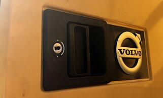 ØDELAGT: Skaden er nesten ikke synlig, men denne låsen er brutt opp av tyvene før det er gjort tyveri av utstyr fra førerhuset. Foto: Politiet