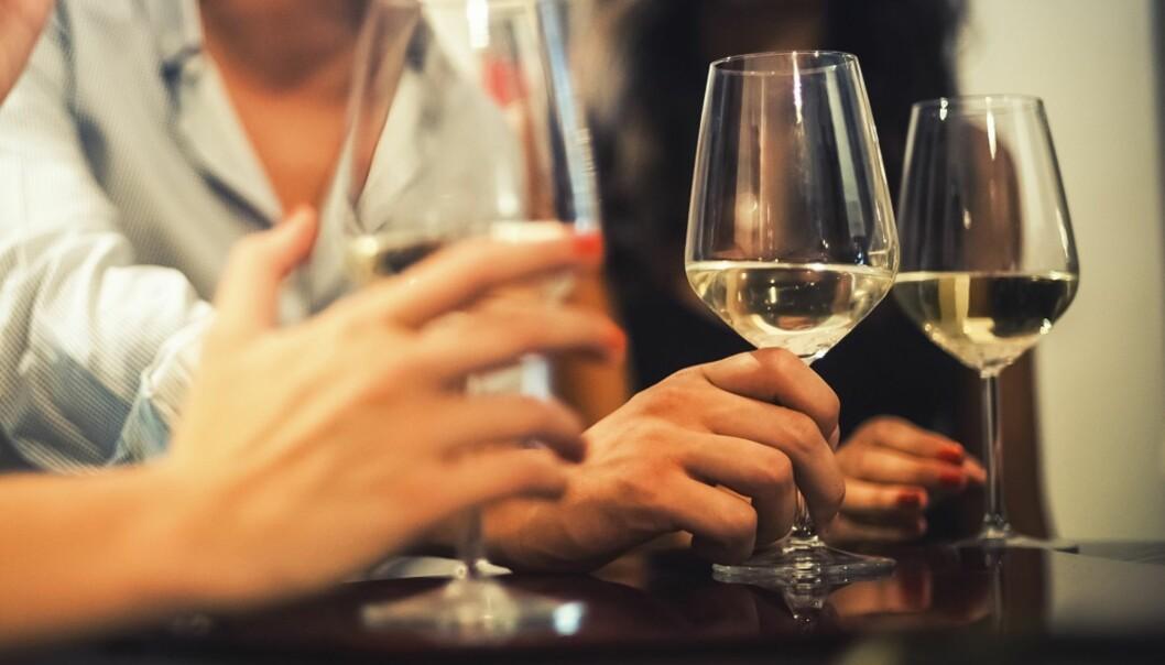AVHENGIGHET: Det finnes flere risikofaktorer for å utvikle en alkoholavhengighet. FOTO: Shutterstock