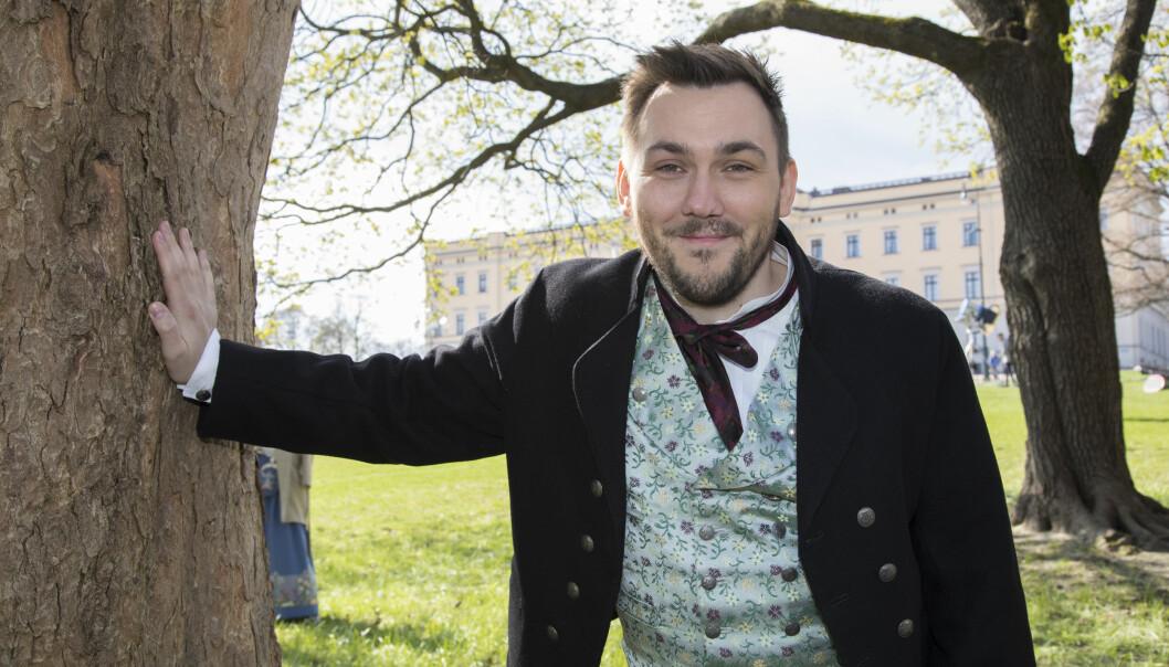 <strong>FESTKLAR:</strong> Dennis Vareide har fått låne Nordlandsbunaden av stefaren. Den brukte han på jobb for NRK 17. mai. Foto: Morten Eik/ Se og Hør