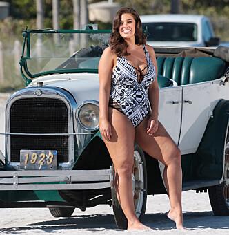 EGEN BIKINIKOLLEKSJON: Ashley Graham har også lansert sin egen badedraktkolleksjon. Her på fotoshoot i Miami. FOTO: NTB scanpix