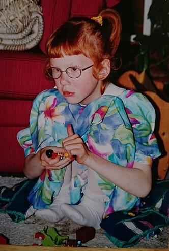 MISTET SYNET: Solveig-Marie måtte ta i bruk hendene i stor grad, da hun mistet synet. Brillene fungerte som beskyttelse. FOTO: Privat