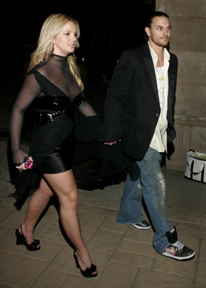 DÅRLIG STEMNING:Kevin Federline ønsker å reforhandle den økonomiske avtalen han har med popstjernen Britney Spears - og skyr ingen midler. Her er det daværende paret avbildet i 2006. Foto: AP/ NTB scanpix