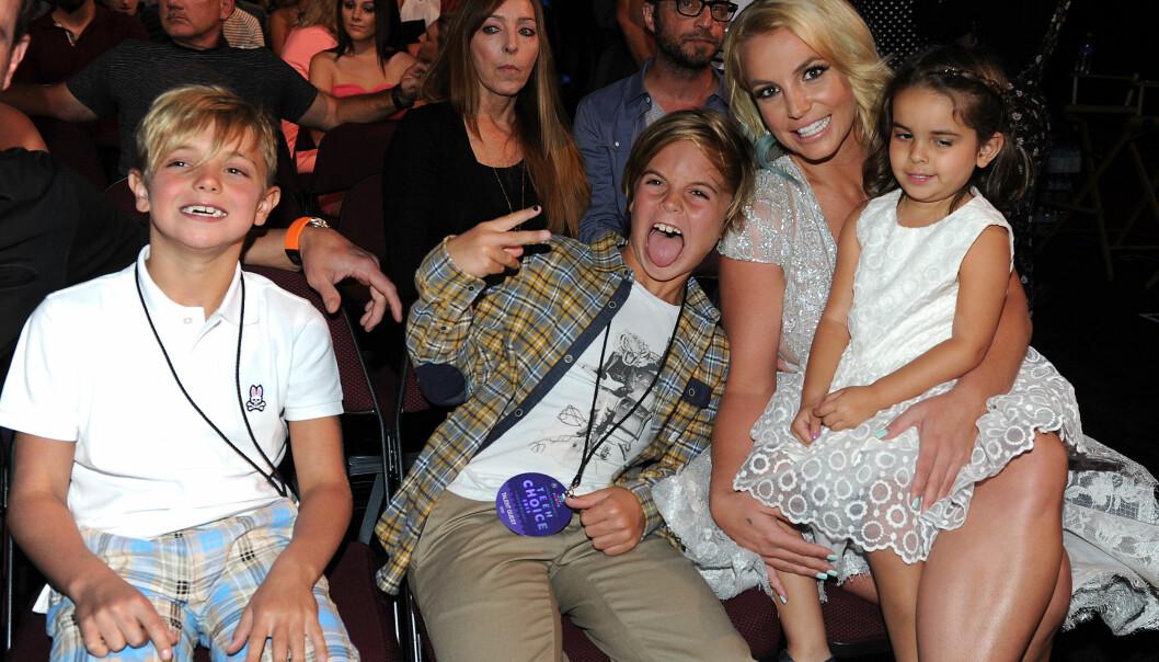 BERØMT MOR: Britney Spears, her fotografert med sønnene Jayden (t.v) og Sean i 2015, har flere ganger vist barna frem offentlig. I fanget har hun niesen Sophia Spears. Foto: NTB scanpix