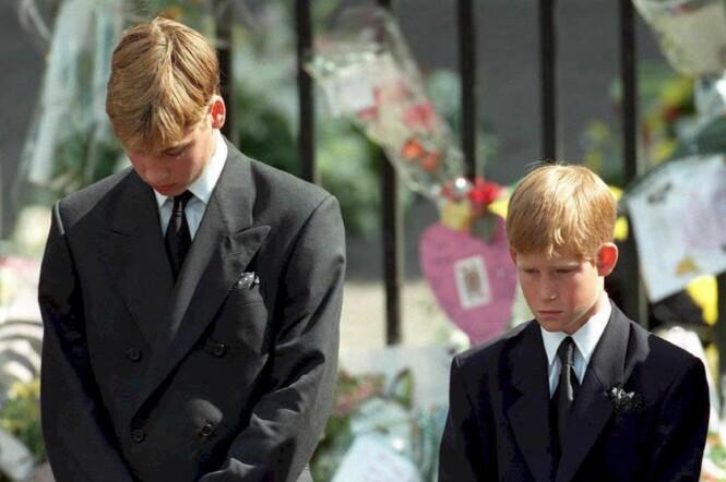 <strong>TILGIR DET ALDRI:</strong> En hel verden fulgte med da prins William og prins Harry måtte gå sørgemarsj gjennom Londons gater bak kisten til sin elskede mamma. Foto: NTB Scanpix