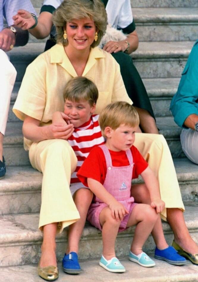 <strong>TRYGT:</strong> Selv om en skilsmisse og morens dødsfall skulle prege Harry like før tenårene, hadde han en trygg og tidvis skjermet oppvekst. Her er han, William og Diana fotografert på Mallorca i 1987. Foto: AP Photo/John Redman, NTB scanpix