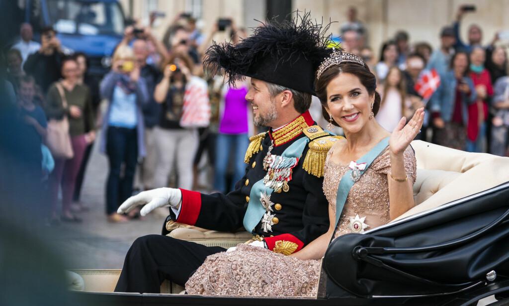 GIKK OVER STOKK OG STEIN: I dag fyller danskenes kronprins Frederik 50 år. Det ble markert med en folkefest, som ikke gikk helt etter plane. Her hilser jubilanten på folket sammen med kronprinsesse Mary i formiddag. Foto: NTB Scanpix