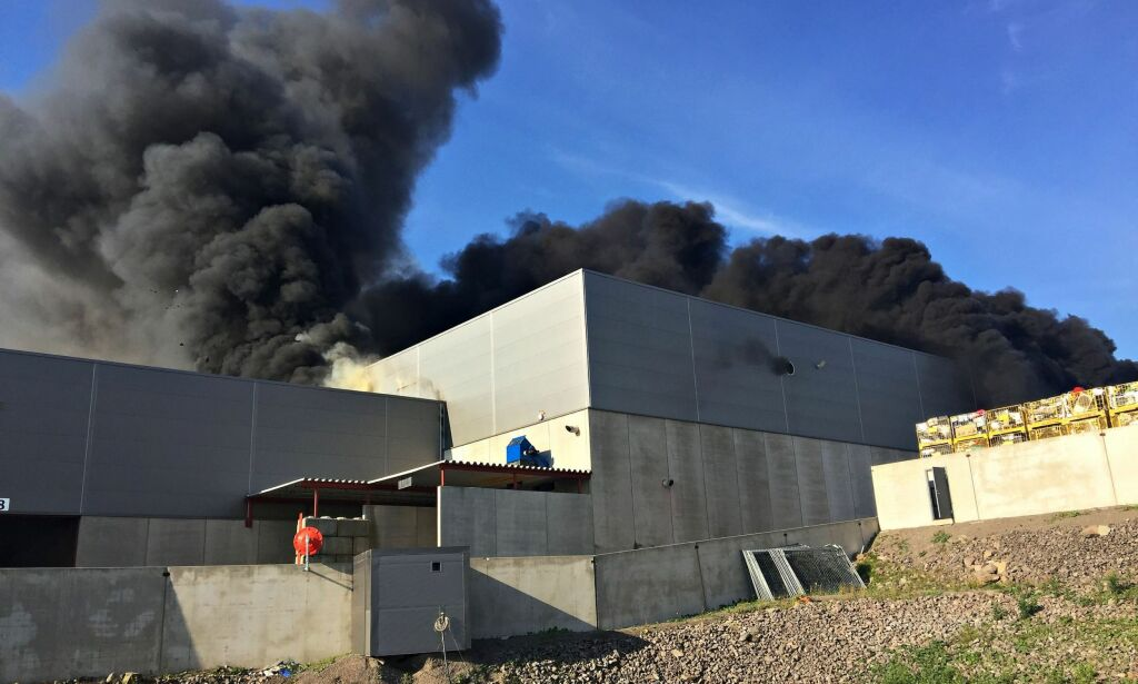 image: Brann hos avfallsfirma i Vestfold - 150-180 boliger evakueres