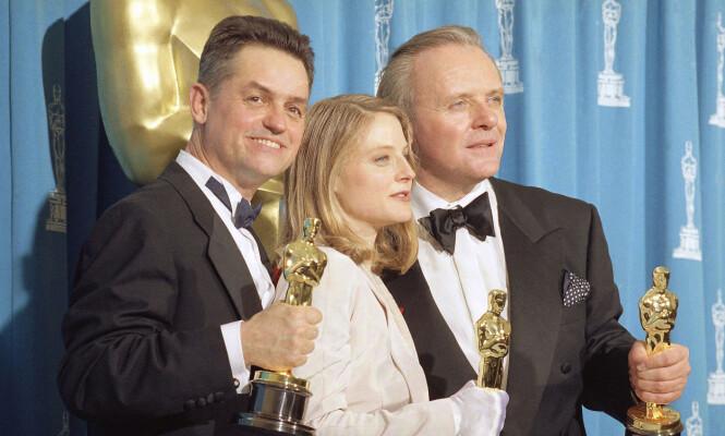 <strong>PRISVINNER:</strong> Anthony Hopkins har vunnet flere priser opp gjennom årene for sitt arbeid. Her sammen med Jonathan Demme og Jodie Foster i 1992, da Hopkins vant Oscar for beste mannlige skuespiller med filmen «Silence of the Lambs». Foto: NTB Scanpix