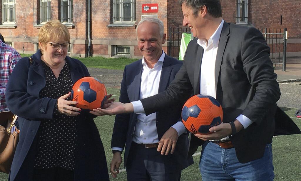 BESTEVENNER: Med Trine Skei Grande som ny kulturminister, har hele det politiske presset mot idrettspresident Tom Tvedt (til høyre) stoppet opp. Det er noen gode grunner for det. Men de samme grunnene gjør at Tvedt ikke nødvendigvis blir bedt om å ta fire nye år som sjef for norsk idrett. FOTO: Ole Henrik Tveten / NTB scanpix