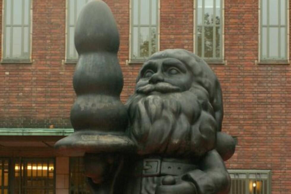 SEXLEKETØY: Skulpturen «Santa Clause» møtte store protester i Nederland, fordi mange mente den var vulgær. Torsdag avdukes en rød variant av samme skulpturen i tilknytning til Ekebergparken. FOTO: Wikimedia Commons