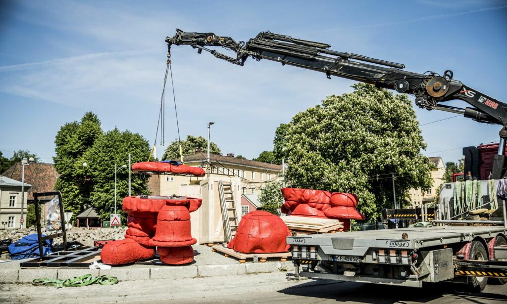 JULENISSE: Her settes den røde versjonen av statuen opp i rundkjøringen ved Oslo Hospital. Den norske skulpturen har navnet «Santa». FOTO: Christian Roth Christensen / Dagbladet