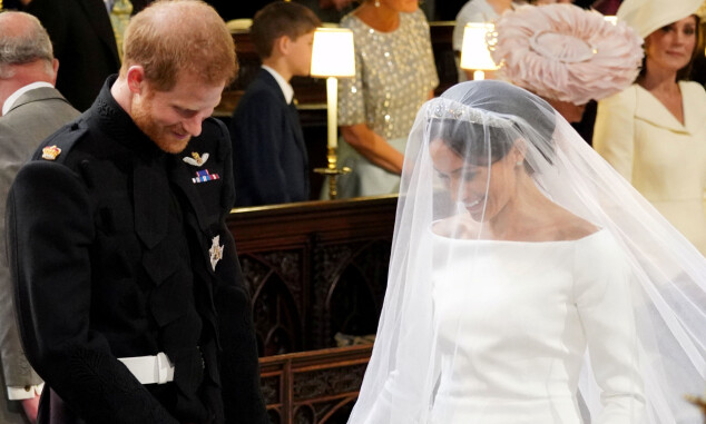 <strong>TO:</strong> Harry og Meghan fniste både til hverandre og biskopen under vielsen. Foto: NTB Scanpix