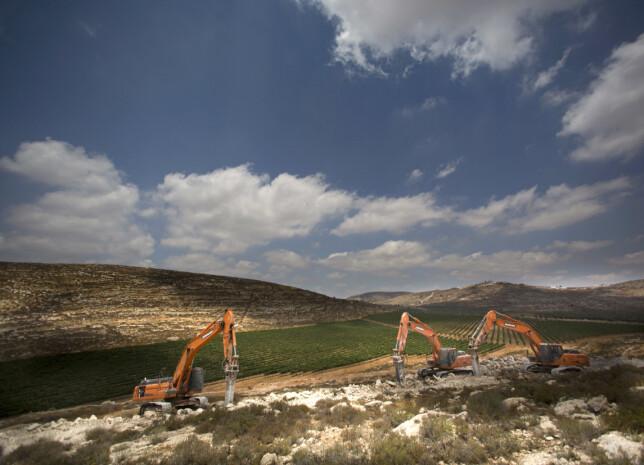 NY BOSETNING PÅ GANG: I fjor ble det klart at Israel ønsker å bygge 1400 nye leiligheter på palestinsk land, nær en annen ulovlig bosetning, Shilo, på Vestbredden. Her er gravemaskinene i gang. Palestinske myndigheter fordømmer avgjørelsen. Foto: Dusan Vranic / Ap / Scanpix