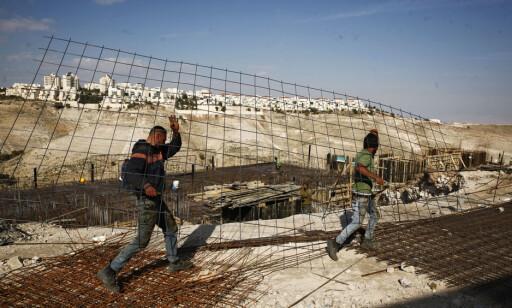 INGEN ADGANG: I bakgrunnen er den ulovlige bosetningen Maale Adumim, som ligger like utenfor Jerusalem, på israelsk-okkupert land. Hit har ingen palestinere tilgang, med mindre de er arbeidere med spesialtillatelser. Foto: Mahmoud Illean / Ap / Scanpix