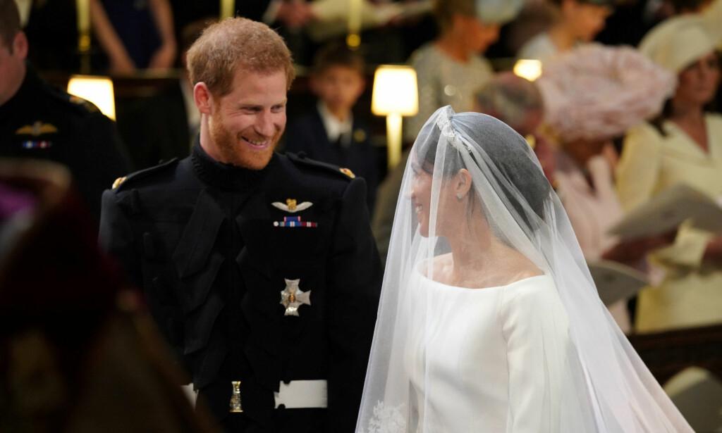 ÉN: Harry og Meghan fniste både til hverandre og biskopen under vielsen. Foto: NTB Scanpix