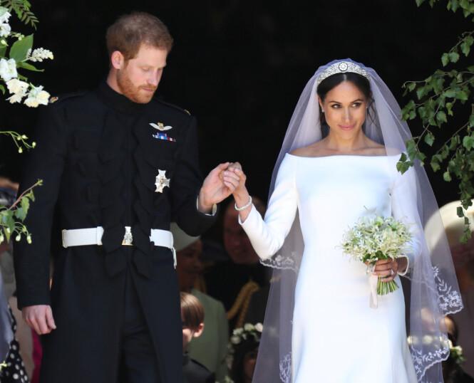 ENDELIG GIFT: Prinsen og den nye hertuginnen strålte på vei ut av kirken 19. mai. Foto: Scanpix