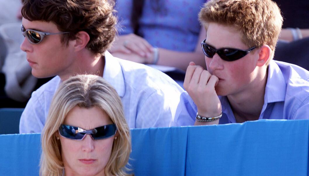 <strong>TRØBLETE ÅR:</strong> Prins Harry (t.h.) har ikke hatt en lett oppvekst. En ny bok som kom ut nylig, forteller mer om hva han har slitt med. Her er han avbildet sommeren 2001, 16 år gammel. Foto: Reuters/ NTB Scanpix