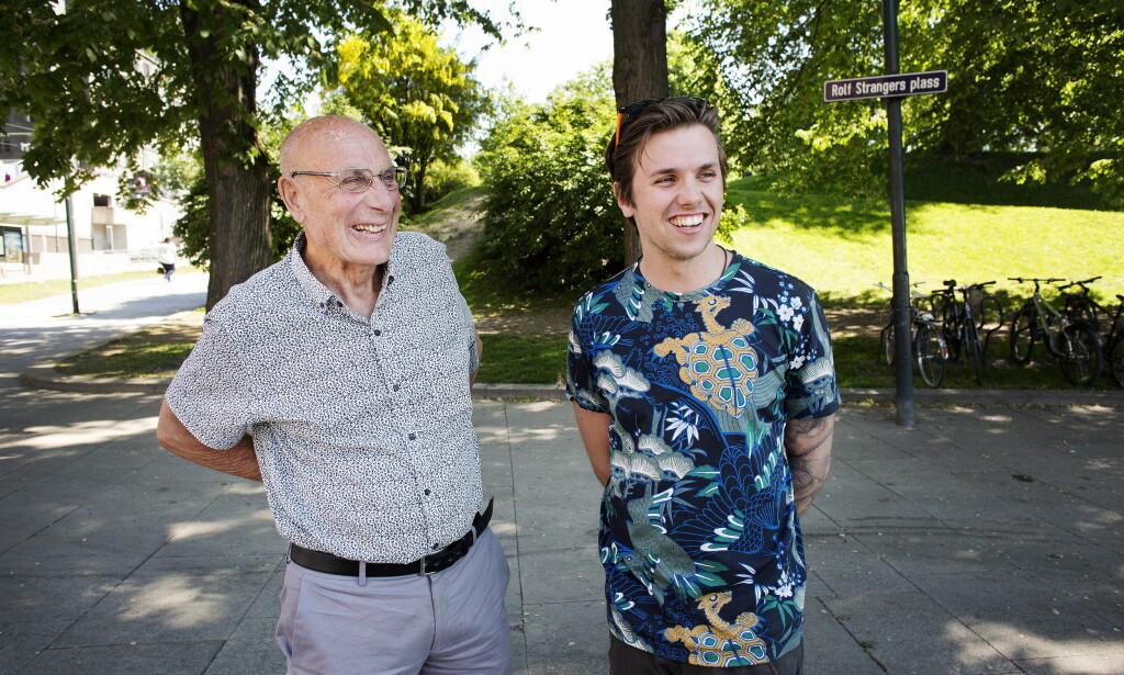 TAKKNEMLIG: Samuel Massie og bestefaren Arne Ulvolden forteller om turen de har hatt rund om i verden.  Foto: Henning Lillegård / Dagbladet