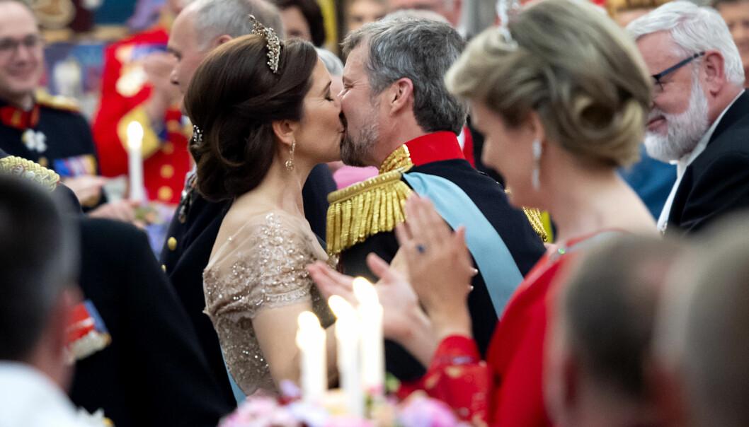KLINTE TIL: Det var tydelig at kronprins Frederik både var rørt og stolt av sin flotte kone, og ordene hun hadde formidlet på hans vegne. Da talen var over ga han kona et varmt kyss foran de 360 gjestene som var til stede på Christiansborg slott. FOTO: NTB Scanpix