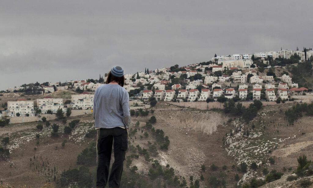 ADVARER: HRW har flere ganger bedt israelske banker om å trekke seg ut av prosjekter som bidrar til menneskerettighetsbrudd på Vestbredden. Nå advarer de nordmenn om oljefondets investeringer. Bildet viser den israelske bosetningen Maaleh Adumim. Foto: Sebastian Scheiner / AP / NTB Scanpix