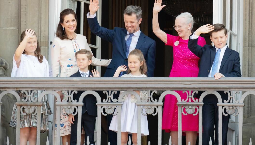 KRONPRINSFAMILIEN: Kronprins Frederik mottok hyllest fra det danske folket på balkongen på Amalienborg slott med kona Mary, mamma dronning Margrethe og barna prins Christian, prinsesse Isabella, prinsesse Josephine og prins Vincent lørdag formiddag. FOTO: NTB Scanpix
