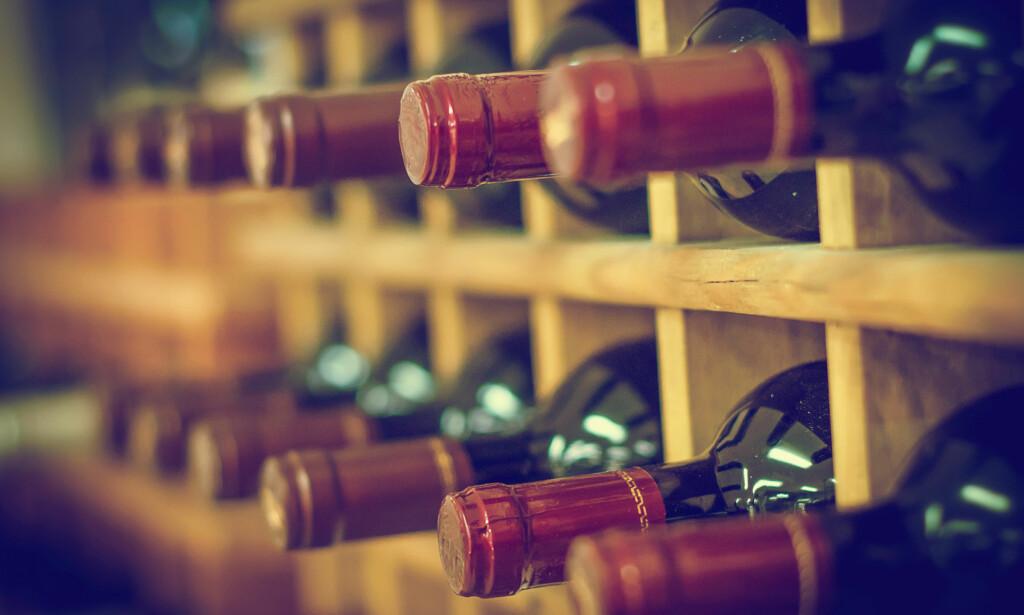 KREVER LEGITIMASJON: Vinkjøp krever, som de fleste vet, sikker id. Hva da med folk som av en eller annen grunn skjuler ansiktet? Foto: Shutterstock