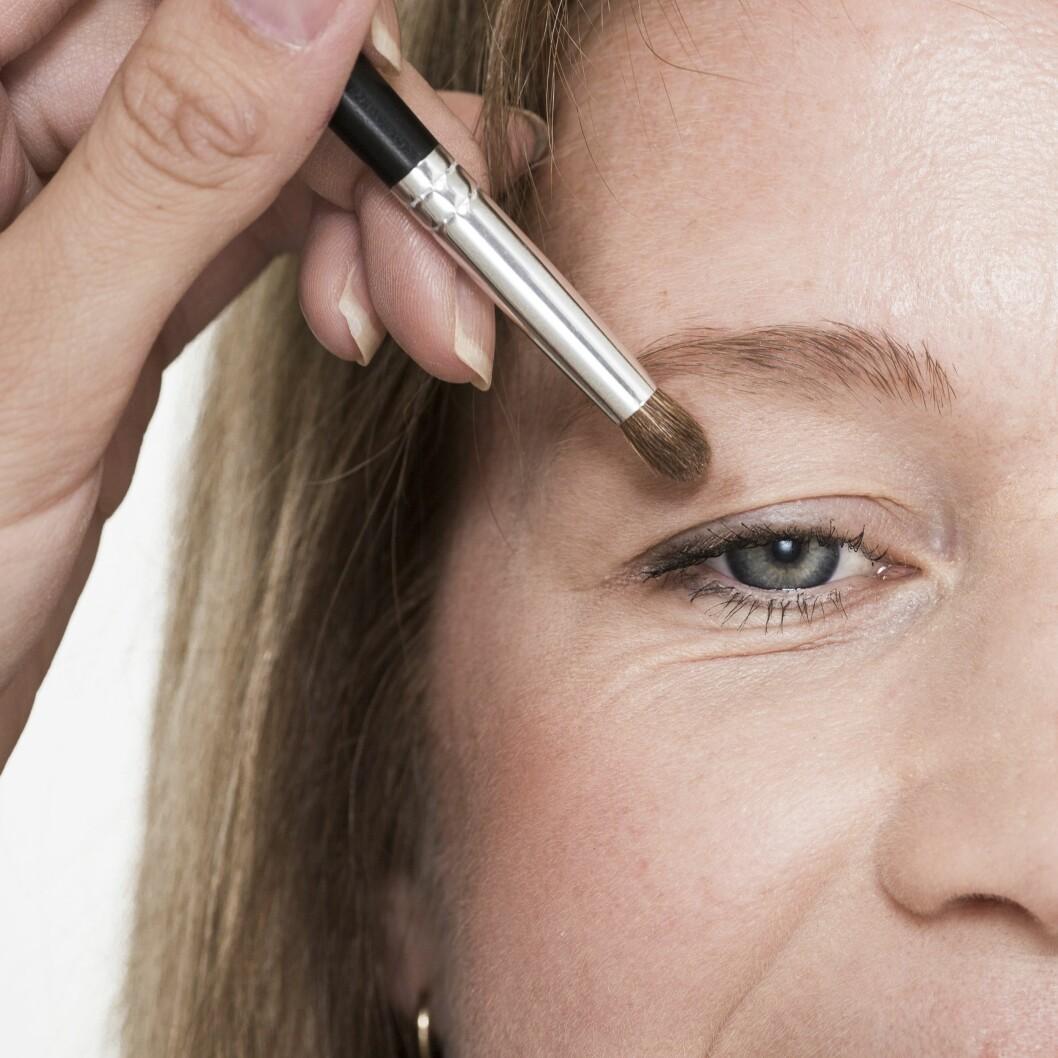 2. For at øyeskyggen skal vises på tunge øyelokk, er det et smart triks å se rett fram og markere det som vises av lokket.
